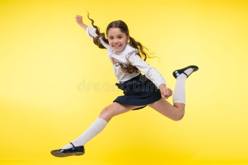 往知识 女孩在途中做超自然的努力对知识 知识干渴  回到学校 快乐的孩子 库存照片