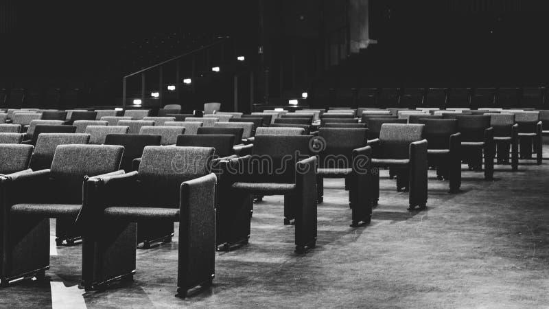 往空的观众位子的有选择性的透视图在一个室内表现大厅或戏院里 免版税库存照片