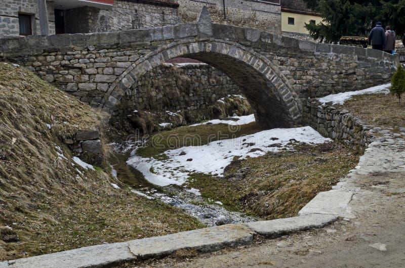 往老石桥梁的看法在古镇科普里夫什蒂察里 免版税图库摄影