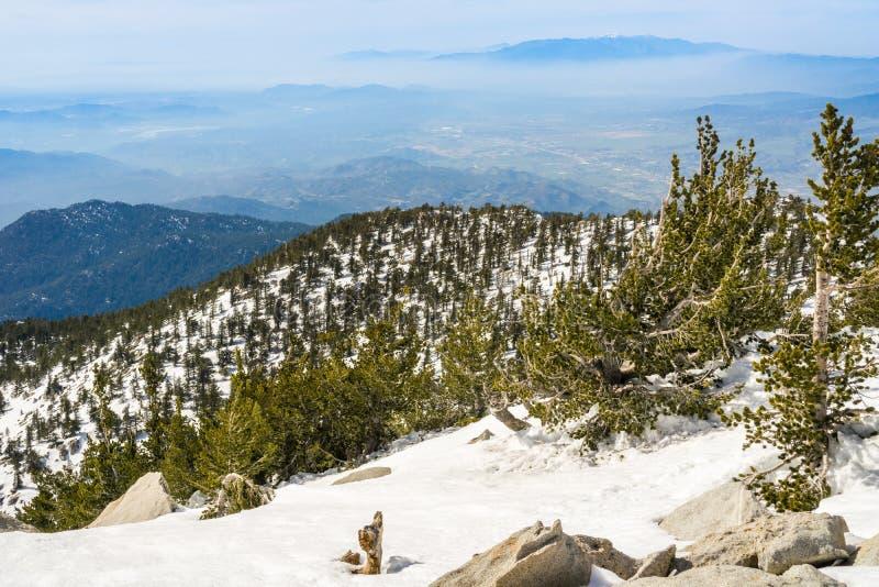 往莫雷诺谷从登上圣哈辛托峰顶,加利福尼亚的看法 免版税库存图片