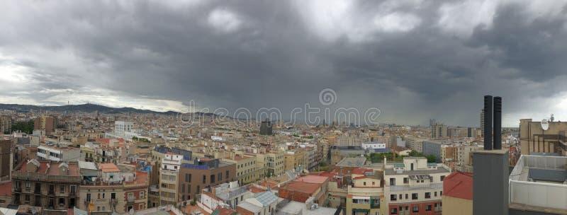 往视图的空中巴塞罗那市山地平线tibidabo 图库摄影