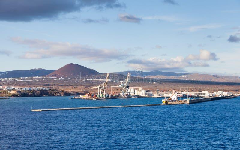 往阿雷西费,兰萨罗特岛港的看法  图库摄影