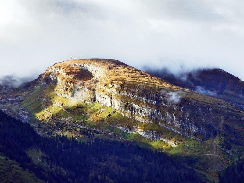 往高山峰顶的全景在Churfirsten山脉 免版税库存图片