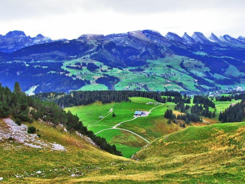 往高山峰顶的全景在Churfirsten山脉 库存照片