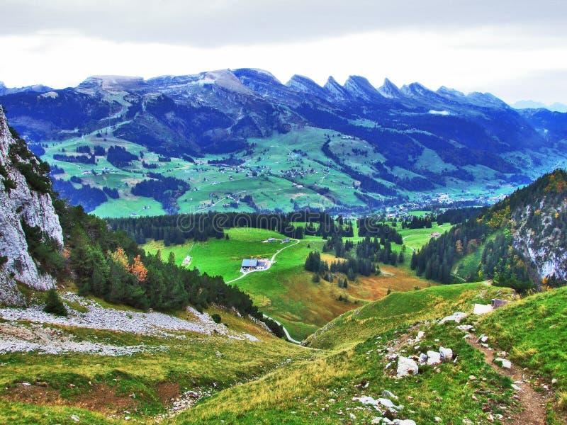 往高山峰顶的全景在Churfirsten山脉 库存图片