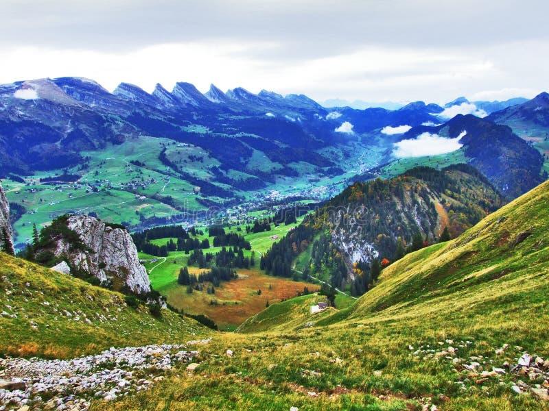 往高山峰顶的全景在Churfirsten山脉 免版税库存照片