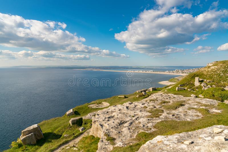 往Fortuneswell和切希尔海滩,波特兰,侏罗纪海岸,多西特,英国小岛的看法  免版税库存照片