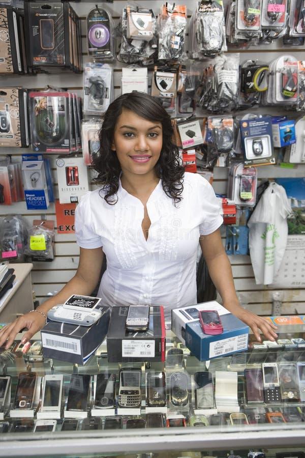待命逆在流动商店的女性所有者 免版税图库摄影