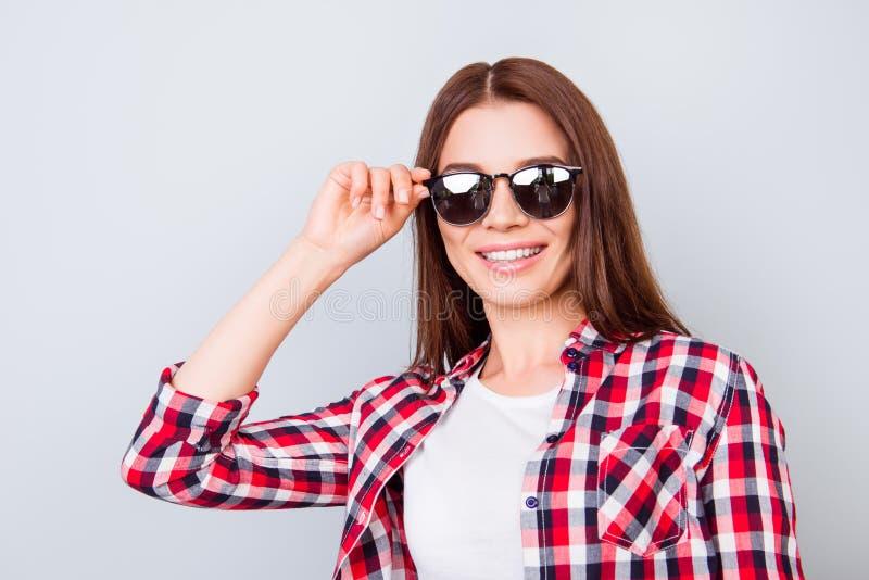 很凉快和快乐!愉快的女孩在度假在时髦的 免版税库存照片