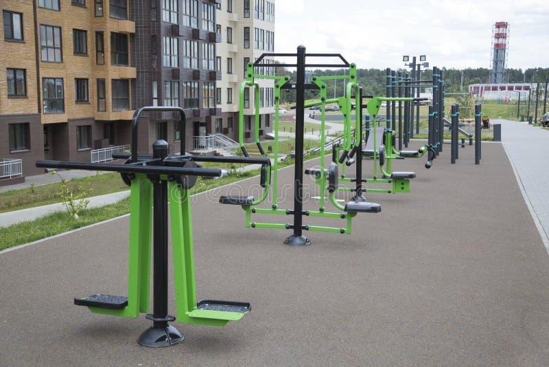 很多另外健身设备做了金属在操场在城市户外 免版税库存照片