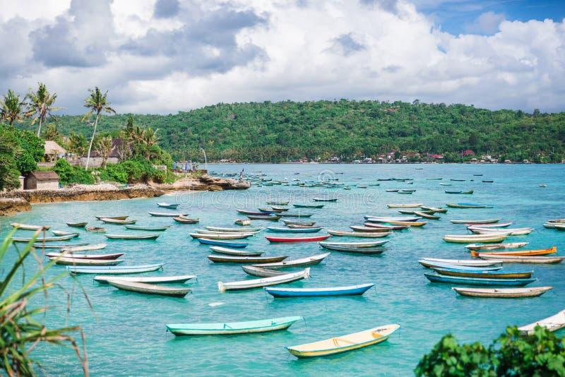 很多小船在站立和蓝色海洋停泊了 免版税库存照片