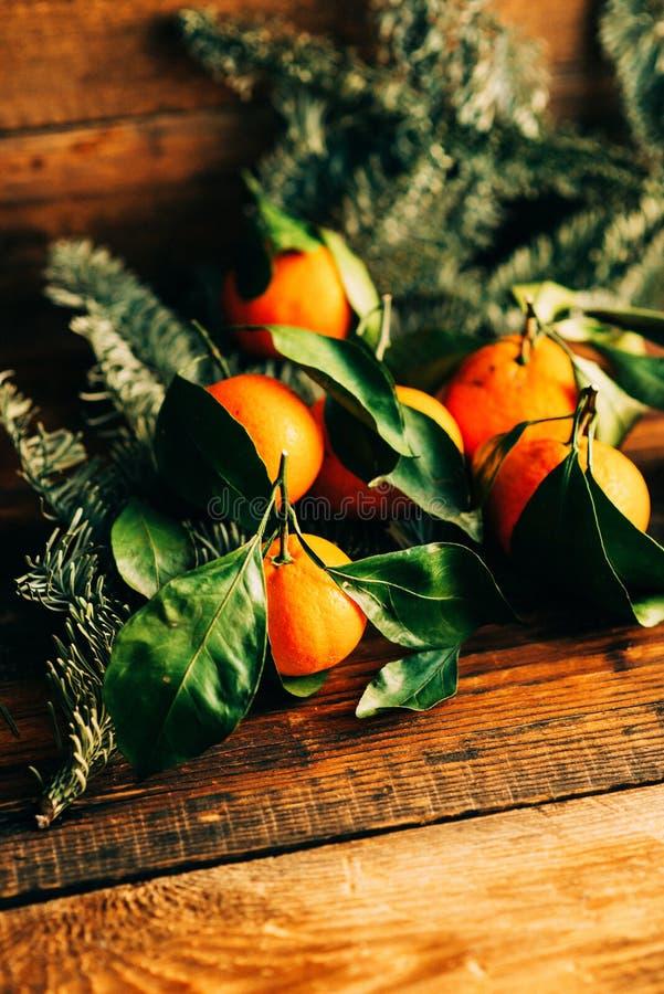 很多新鲜的橘子或普通话与绿色叶子在木地板上 免版税库存图片