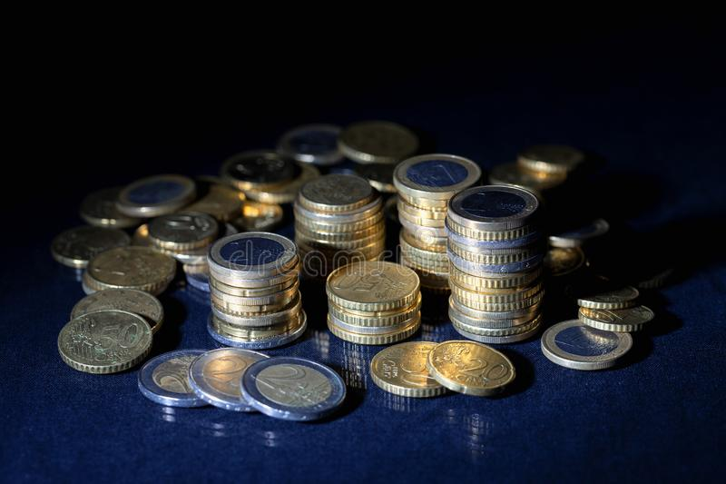 很多欧元硬币和分在黑色 免版税库存图片