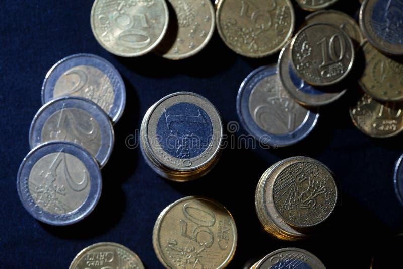 很多欧元硬币和分在黑色 图库摄影