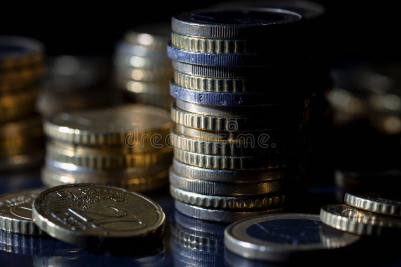 很多欧元硬币和分在黑色 免版税库存照片