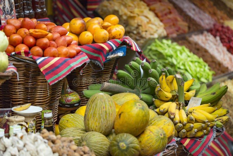 很多热带水果在室外市场上 免版税库存图片