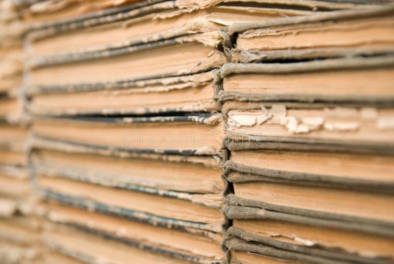 很多老,磨损的书说谎在彼此顶部。 库存图片