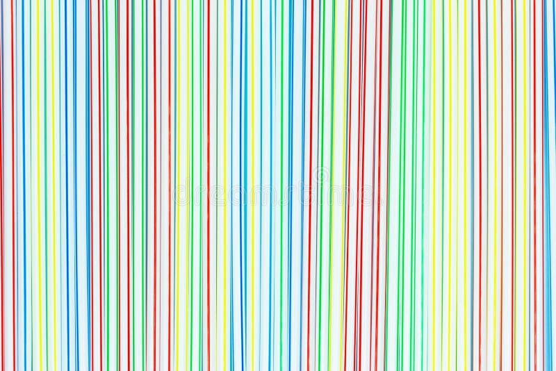 很多色的塑料秸杆或管有蓝色,红色,黄色和绿色条纹的 E 免版税库存图片