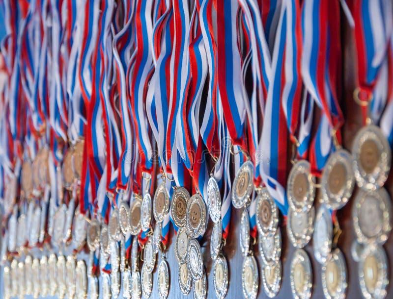 很多金牌上都有丝带 库存照片