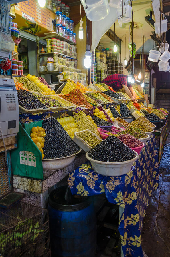 很多pyramidically被堆积的橄榄在马拉喀什,摩洛哥市场或soukh上的待售  库存照片
