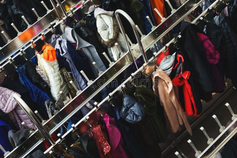 很大数量不同的衣裳顶视图在挂衣架的 选择聚焦 免版税库存图片