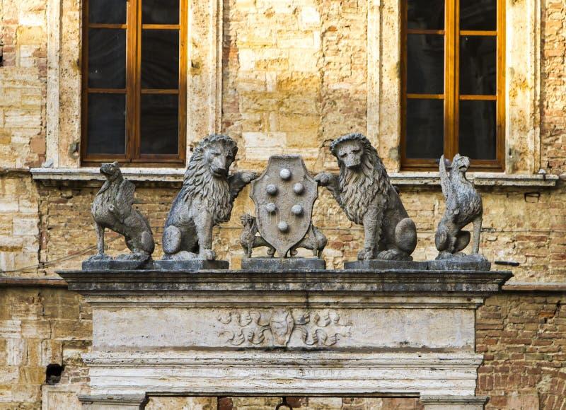 很好格里芬和狮子在蒙特普齐亚诺,意大利 库存图片