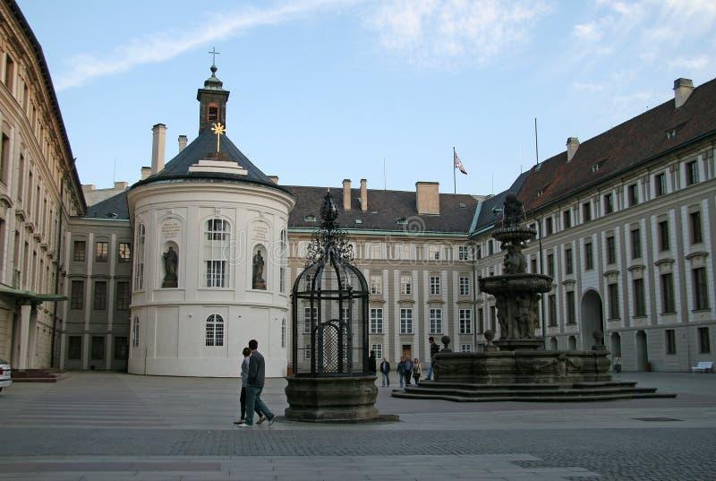 很好,喷泉和财宝的看法在第二个庭院布拉格城堡的,布拉格,捷克 免版税库存图片