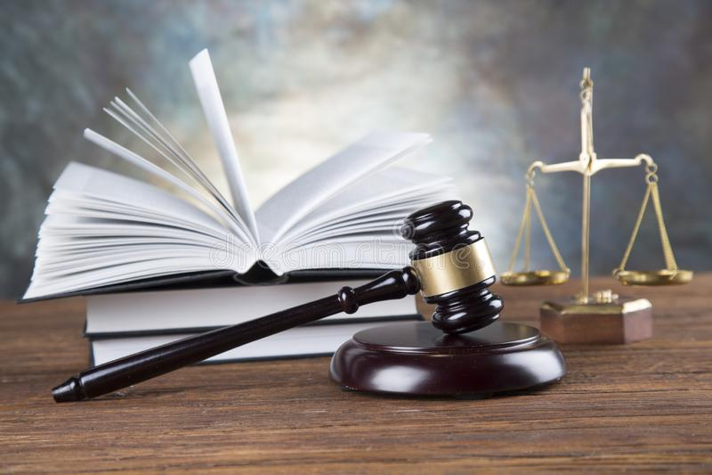 律师事务所背景 法律在灰色石背景的标志构成 图库摄影