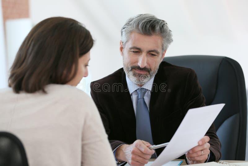 律师会议客户在他的办公室
