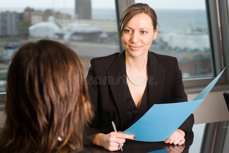 律师咨询在天空办公室 免版税库存图片