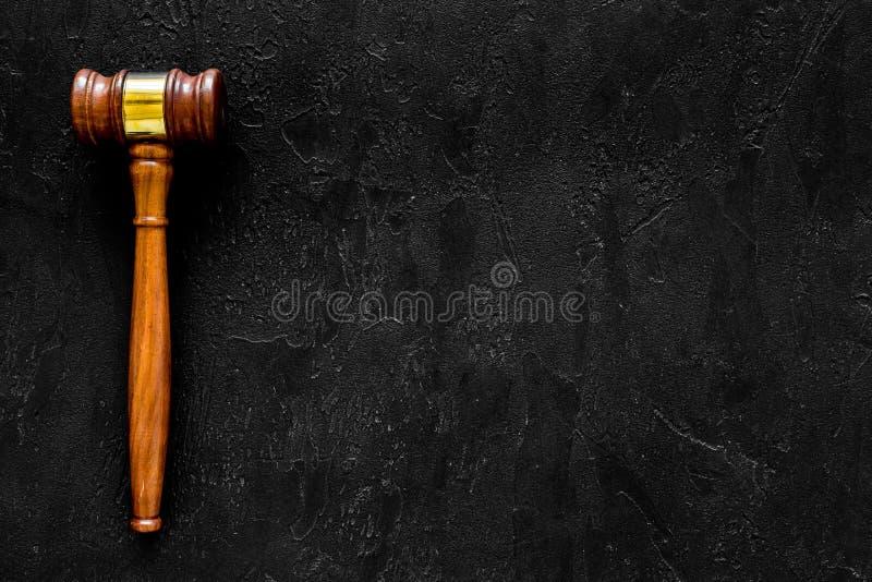律师或律师概念 判断在黑背景顶视图拷贝空间的惊堂木 免版税库存图片