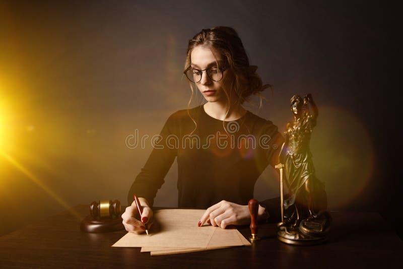 律师本文在办公室的女商人工作和公证员标志 顾问律师、法官和法律,律师 免版税图库摄影