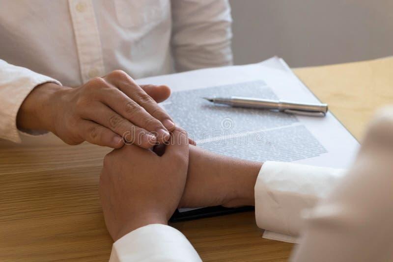 律师要信任合作的接触和尊敬客户 信任诺言概念 库存照片