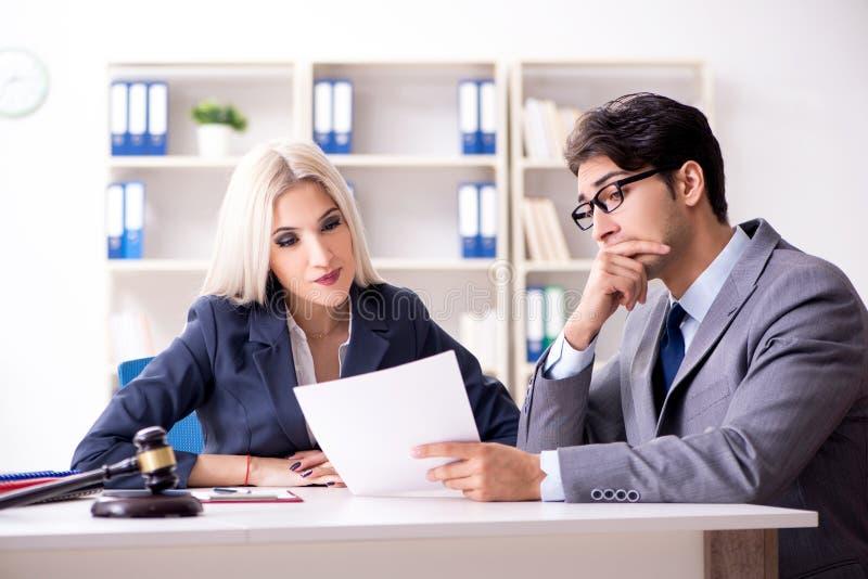 律师谈论法律案件与客户