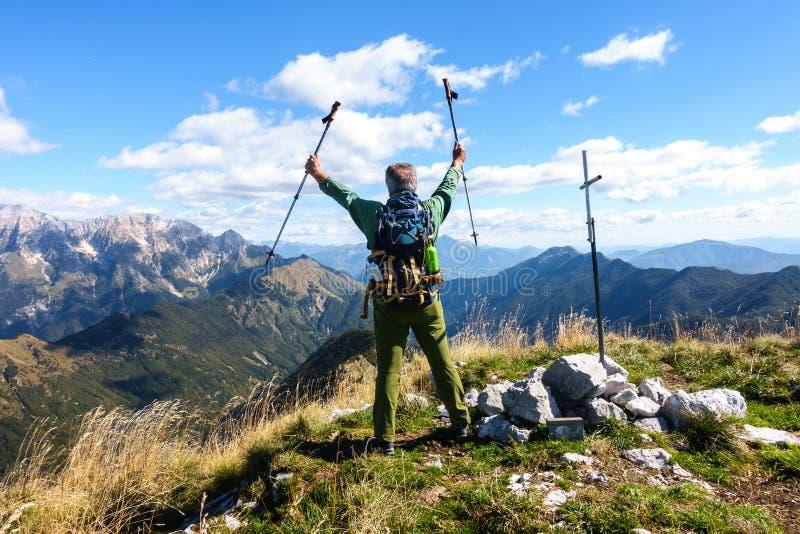 徒步旅行者为到达狂喜在山顶部 成熟m 库存图片