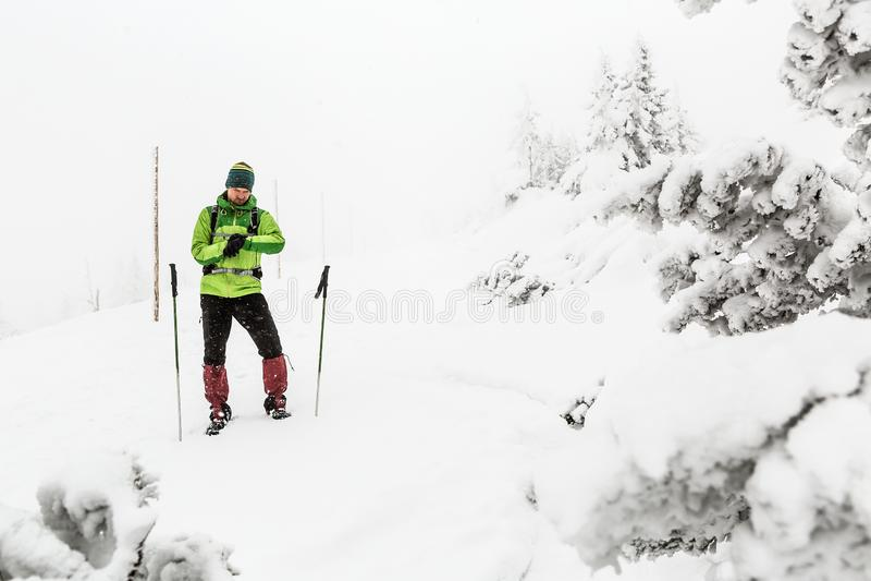徒步旅行者在冬天山,冒险远征概念丢失了 免版税库存照片