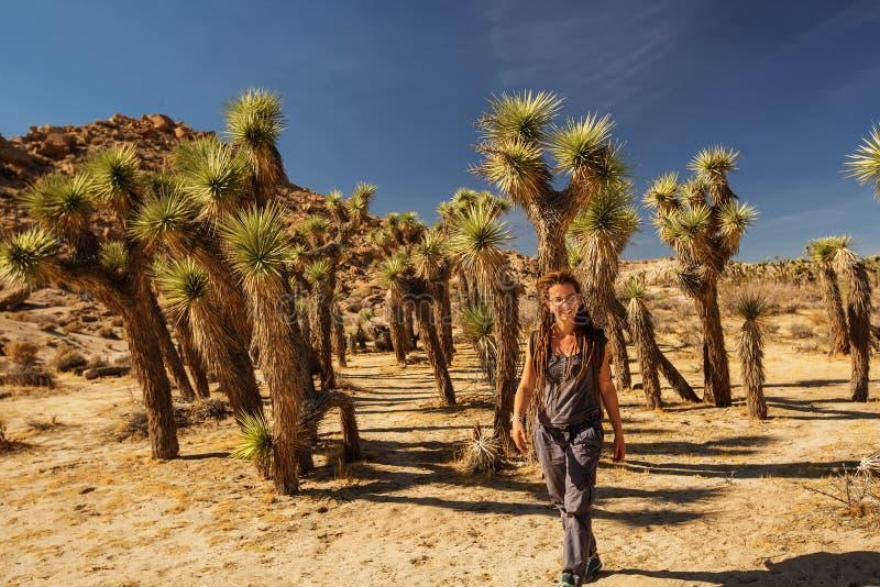 徒步旅行者在约书亚树国立公园 免版税库存图片