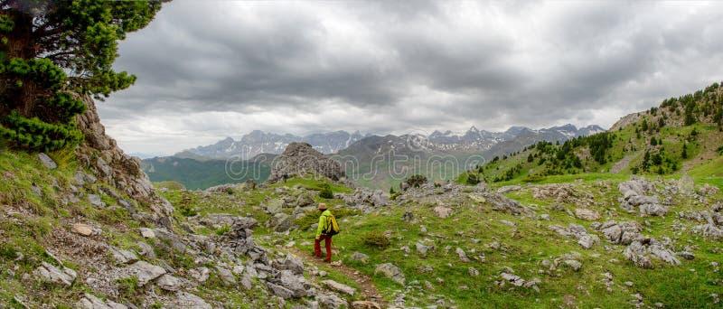 徒步旅行者妇女有特纳谷在比利牛斯,Formigal,韦斯卡省,西班牙看法  免版税图库摄影
