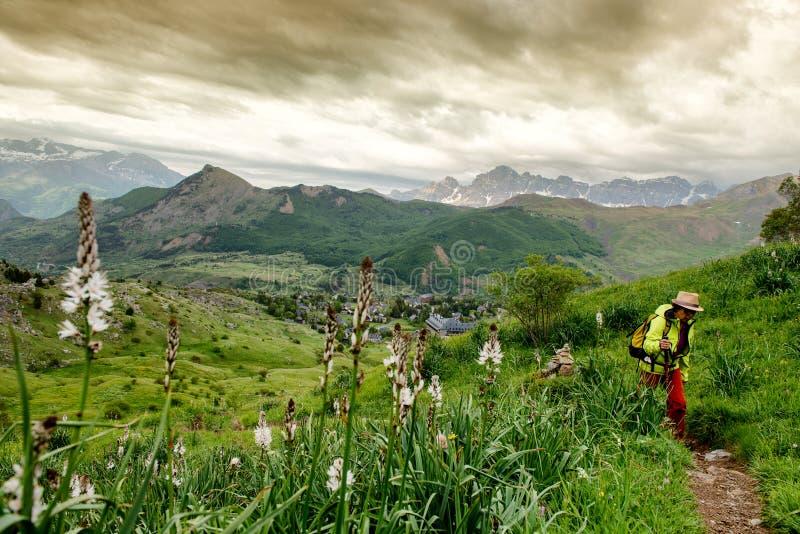 徒步旅行者妇女有特纳谷在比利牛斯,Formigal,韦斯卡省,西班牙看法  库存照片