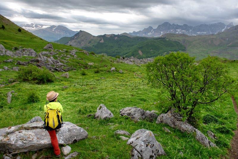 徒步旅行者妇女有特纳谷在比利牛斯,Formigal,韦斯卡省,西班牙看法  库存图片