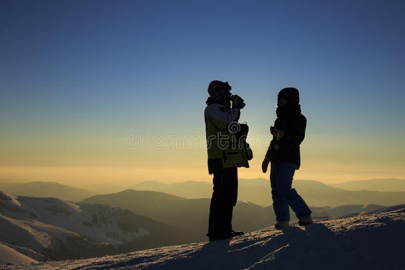 徒步旅行者的剪影喀尔巴阡山脉的 免版税库存图片