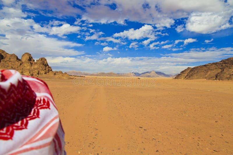 徒步旅行队在瓦地伦沙漠 库存图片