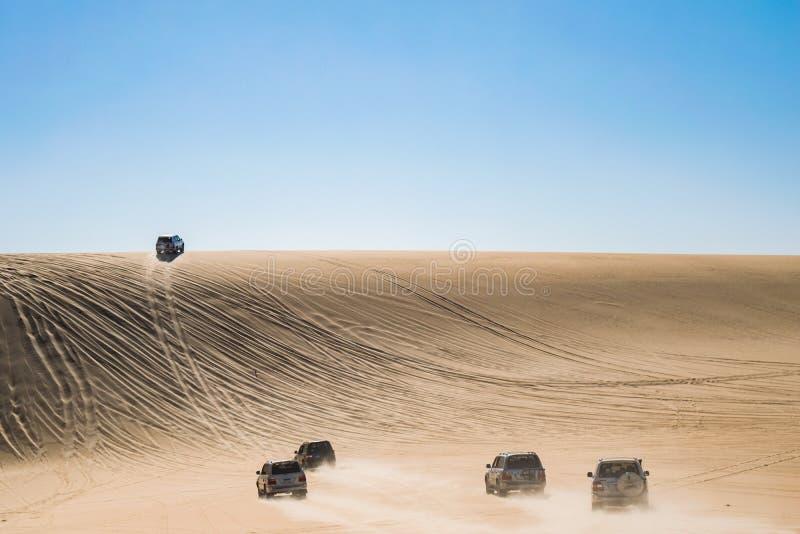 徒步旅行队旅行在寺洼沙漠,埃及 免版税图库摄影