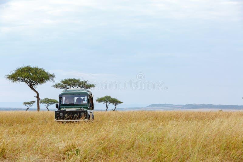 徒步旅行队游览车在肯尼亚草原 免版税库存图片