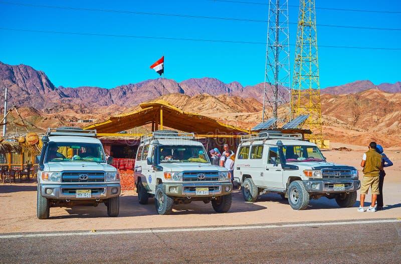 徒步旅行队游览,宰海卜,西奈,埃及停放的汽车线  免版税库存图片