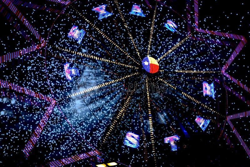 得克萨斯弗累斯大转轮和烟花在晚上 图库摄影