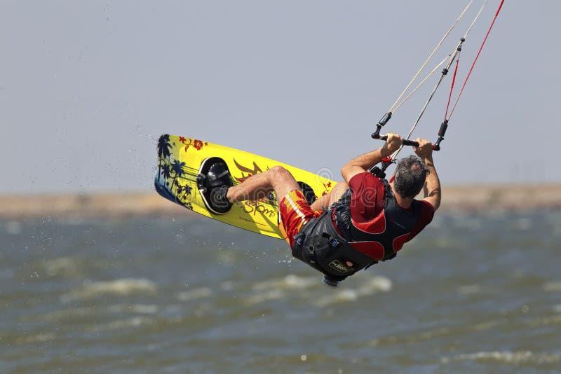 得到一些空气的风筝冲浪者 免版税库存图片