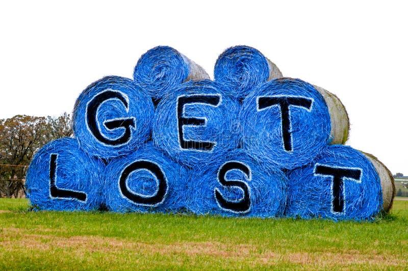 得到丢失在蓝色干草捆 免版税图库摄影