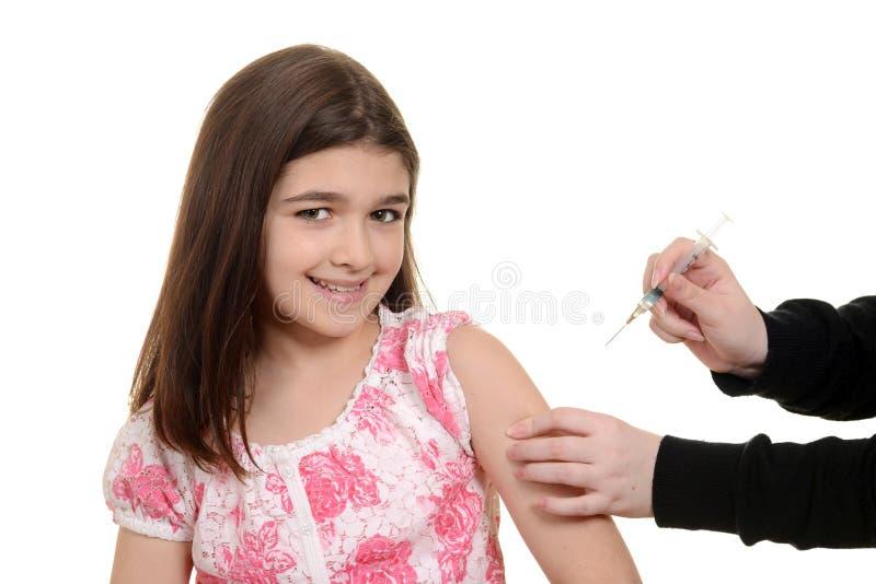 得到免疫射入的愉快的孩子 免版税库存图片