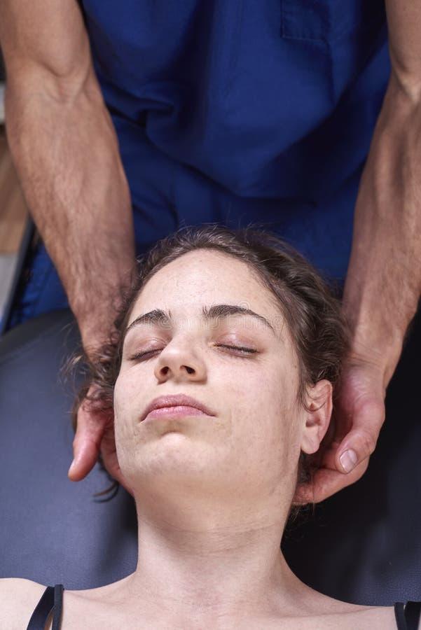 得到动员妇女的子宫颈脊椎的按摩脊柱治疗者 手工疗法 神经学体格检查 整骨疗法, 库存图片